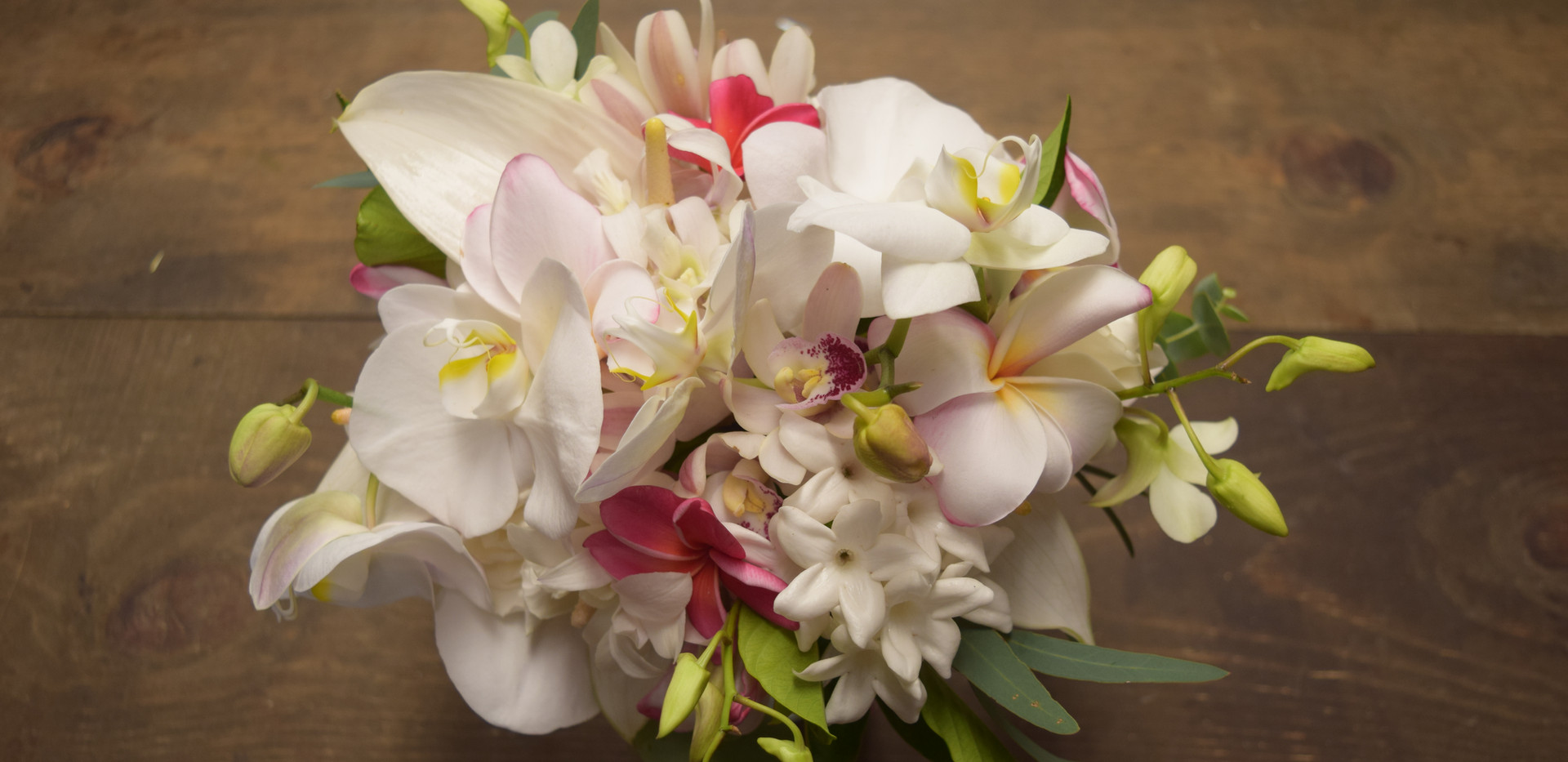Small tropical, slightly organic bouquet