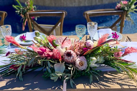Long and low centerpiece in shades of pink