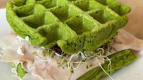 ¡Waffles salados con espinaca y aguacate!