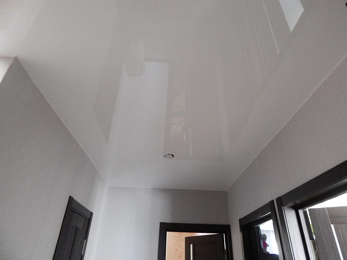 белый глянцевый потолок одноурвневый
