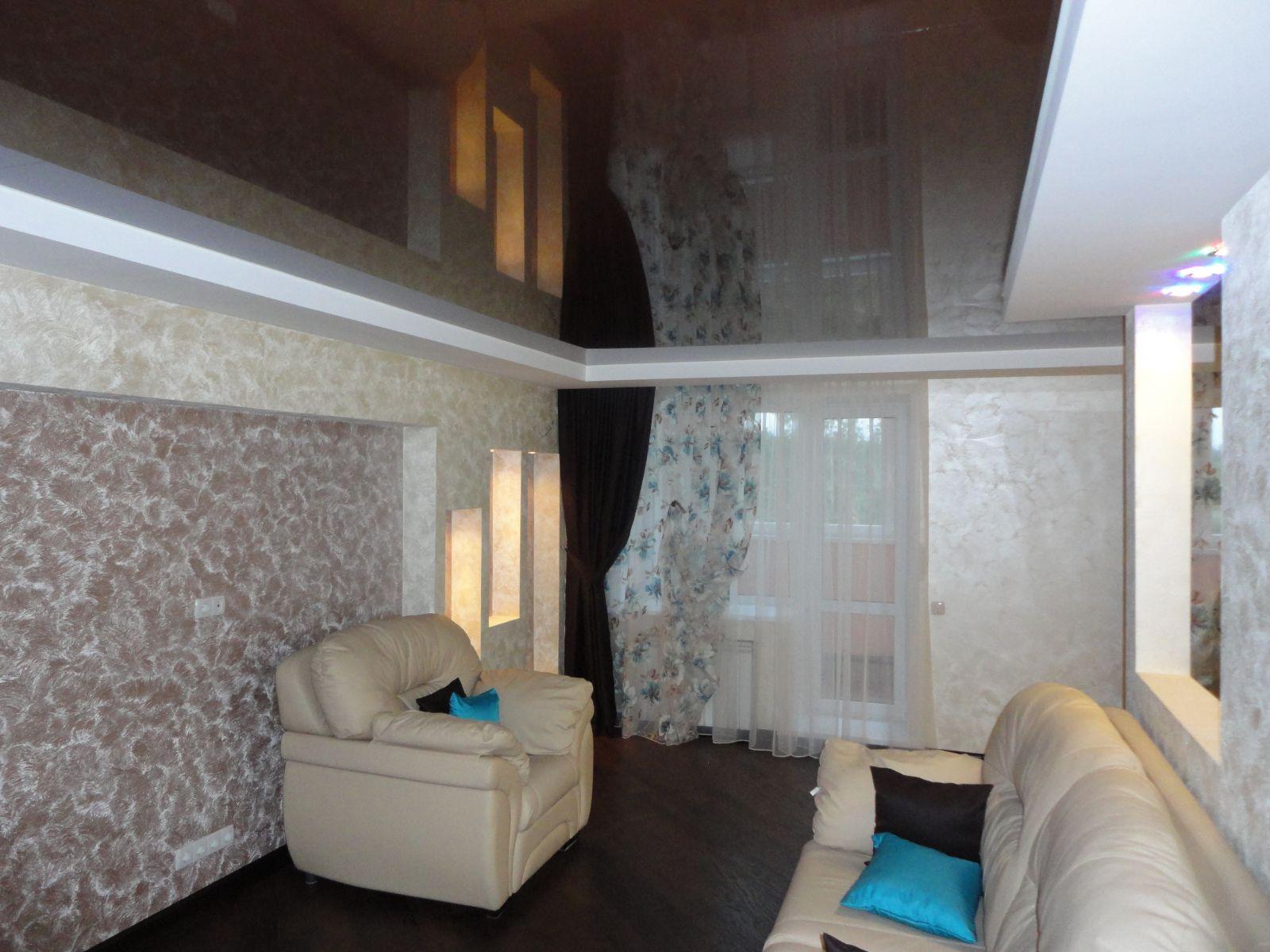 коричневый глянцевый потолок