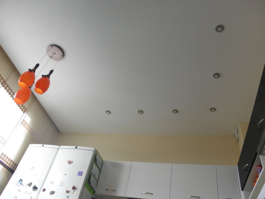 матовый глябелый потолок