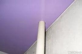 Труба отопления на натяжном потолке