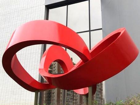 Escultura da artista plástica Elisa Zattera é instalada em edifício corporativo da Lojas Renner