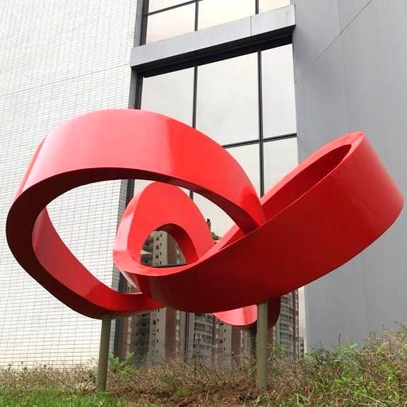 Escultura de Elisa Zattera na Lojas Renner.
