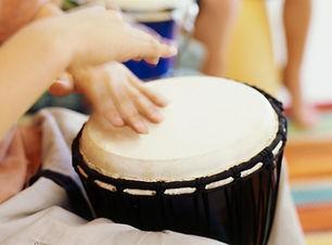Enfants jouant bongos