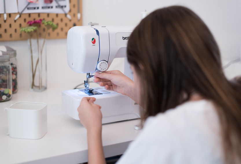 How to thread the sewing machine?