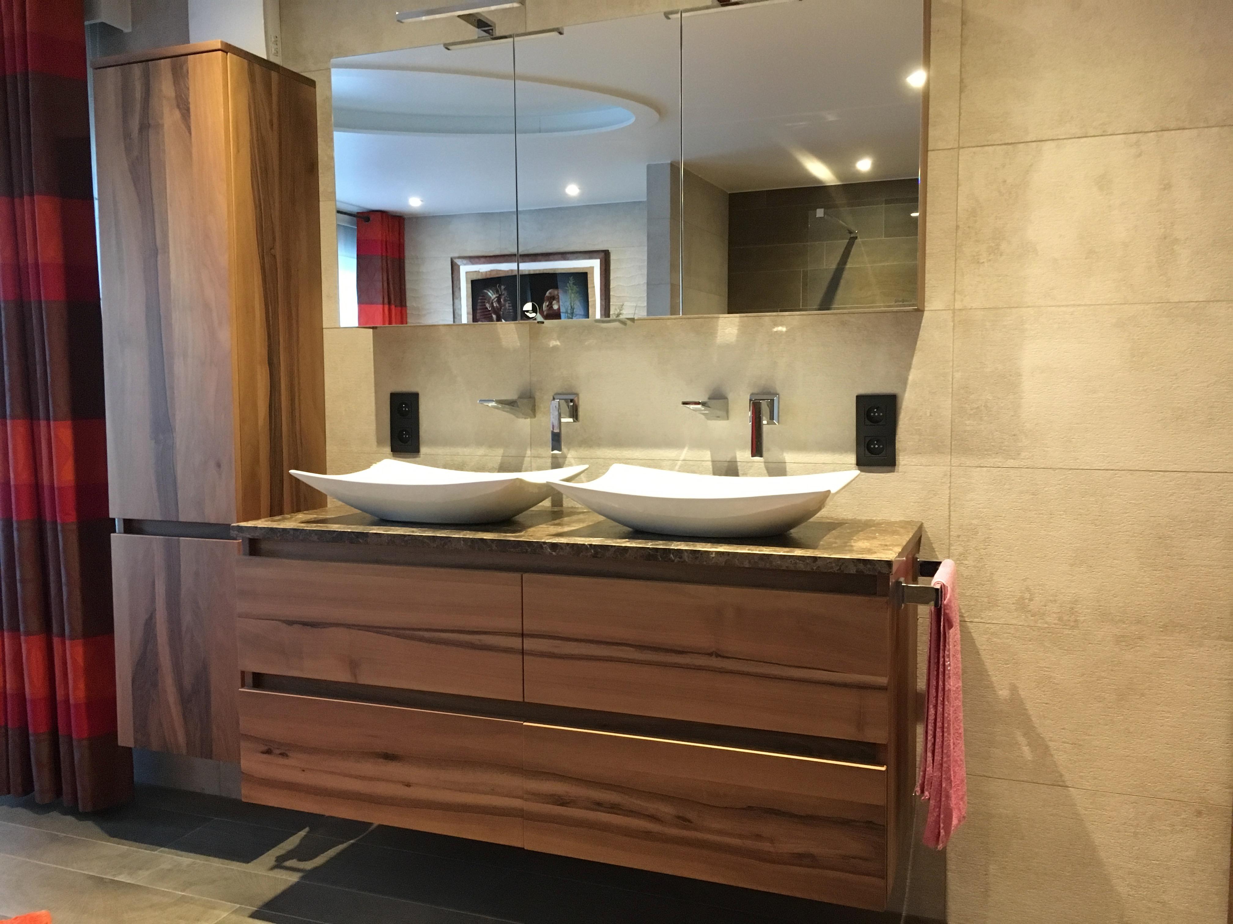 Badkamermeubel in notelaar