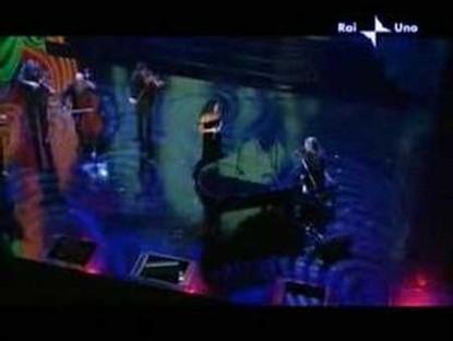 """Noa and Carlo Fava perform """"Un discorso in Generale"""" at the Festival Sanremo 2006"""