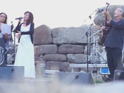 Noa in Siddi Sardinia singing with Stefania Secci – Non potho reposare
