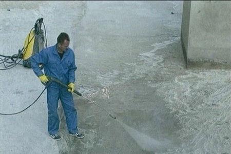 Поливать бетон