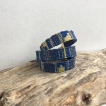 Bracelets réalisés à la main avec des fils composés de jeans et de bouteilles recyclés
