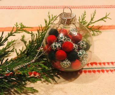 Boules de Noël garnies de perles en tissu vertes et rouges, avec attaches.
