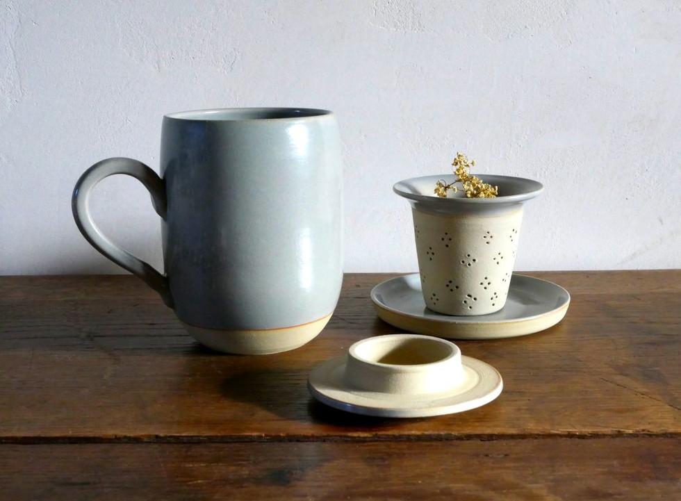 Mug, tisanière et couvercle
