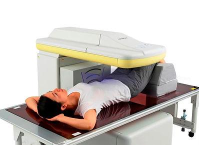 腰椎測定 患者 左斜めからの写真.jpg