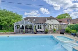 Amazing Pool House in Billingshurst