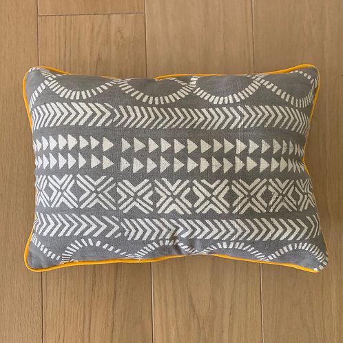 Housse de coussini, Bogolan Mali, motif gris et blanc, bordure jaune