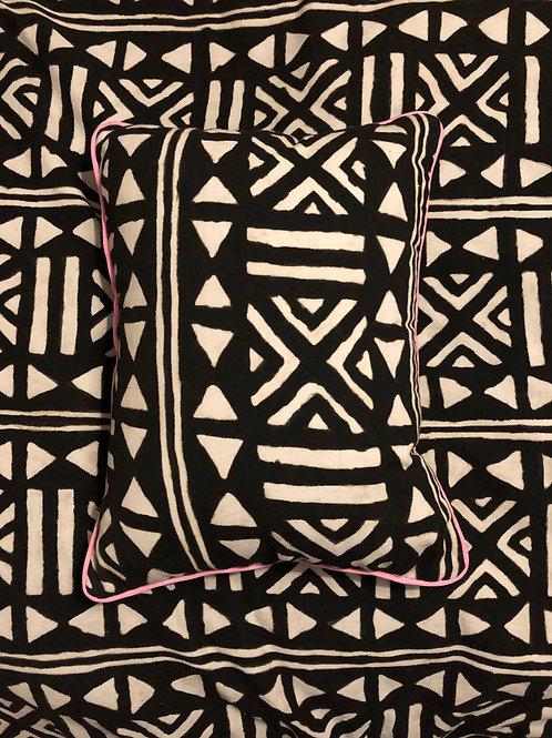 Housse de coussini, Bogolan Mali, motif noir et blanc, bordure rose