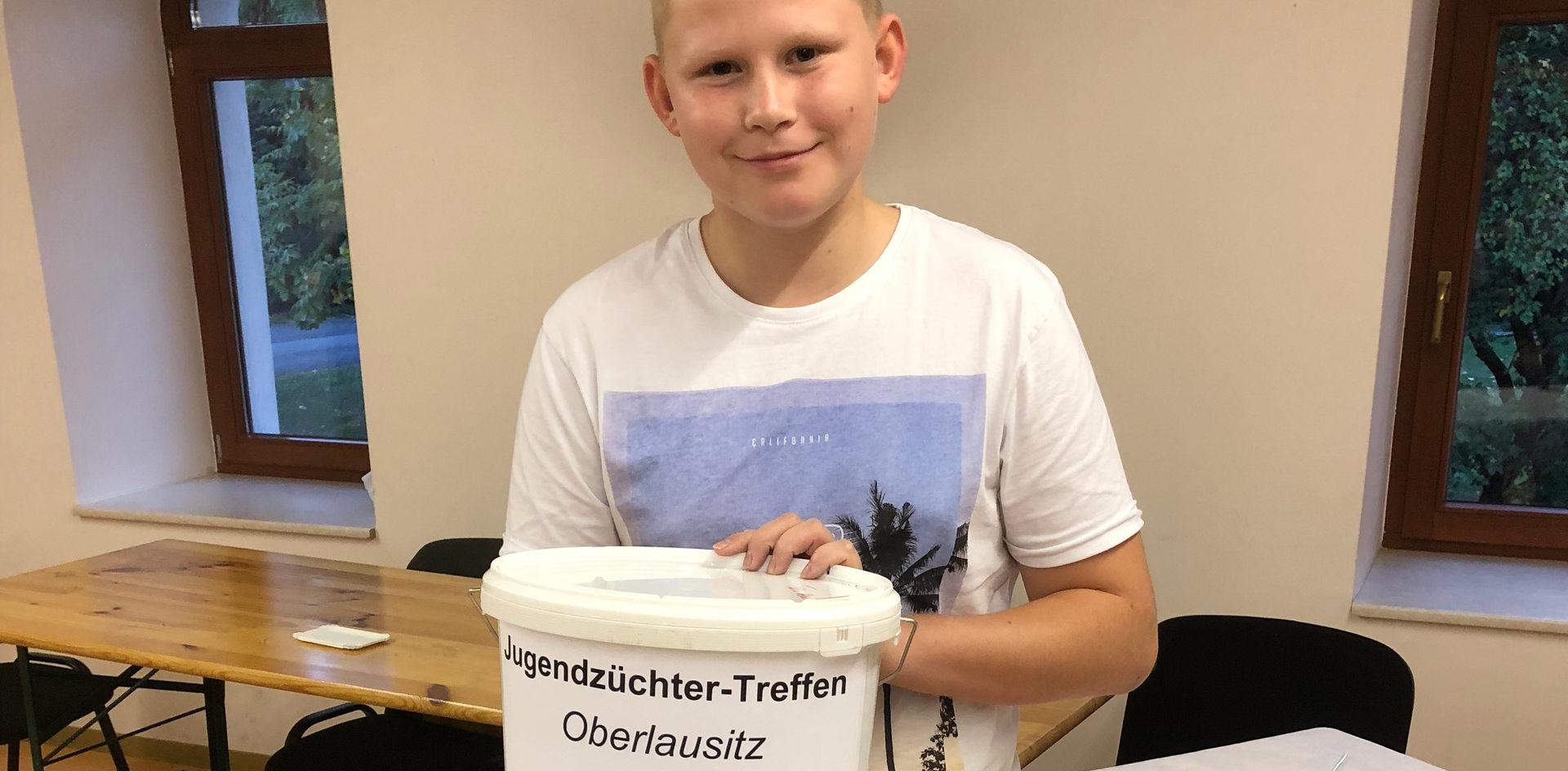 Niklas hat beim Futtermittelquiz einen Eimer Futter gewonnen!