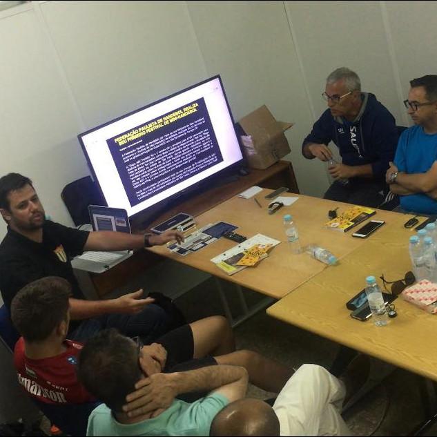 Prof. Diego em palestra sobre o mini-handebol