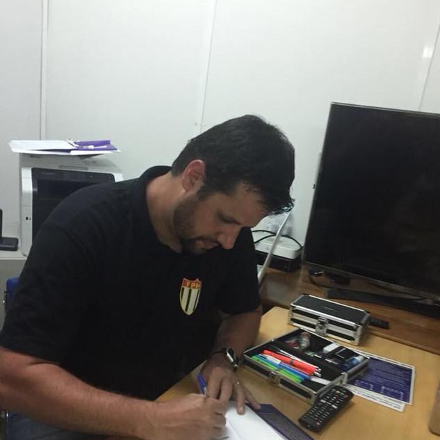 Professor Diego em noite de autógrafos do livro em solo europeu