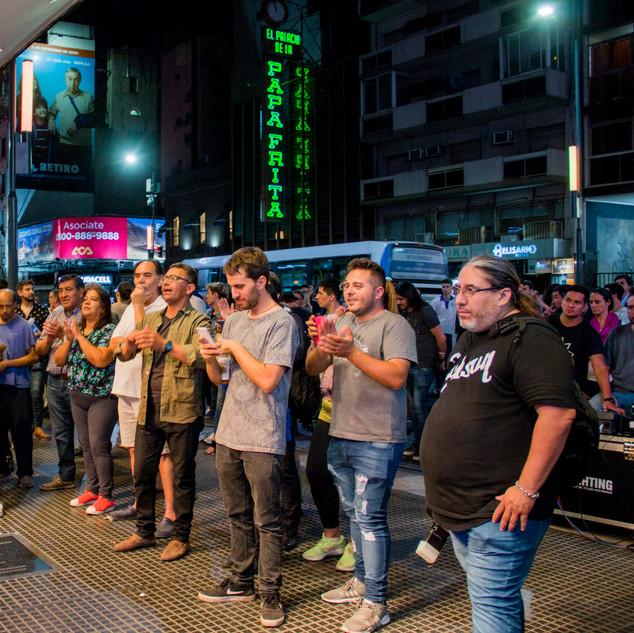 La Previa de la Gala / Público en la calle Corrientes