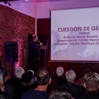 Willy Poch presentando a las canciones finalistas
