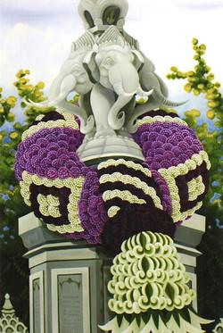 「ダイヤ柄の花環とエラワン象の記念塔」