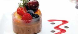MOUSSE CHOCOLAT NOIR ET ASPIC DE FRUITS.