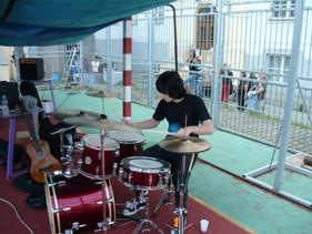 Bubeník v karanténě vs staré bicí Sonor