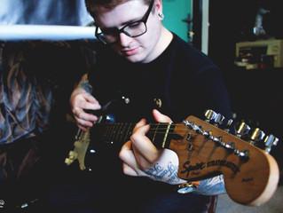 Když bubeník hraje na kytaru.