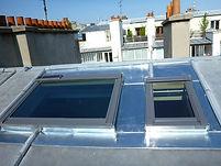"""L""""entrepris réalise La toiture en zinc avec la fenêtre de toit velux"""