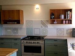"""קרמיקה מצוירת בדוגמאות עדינות במטבח בכרם-מהר""""ל"""