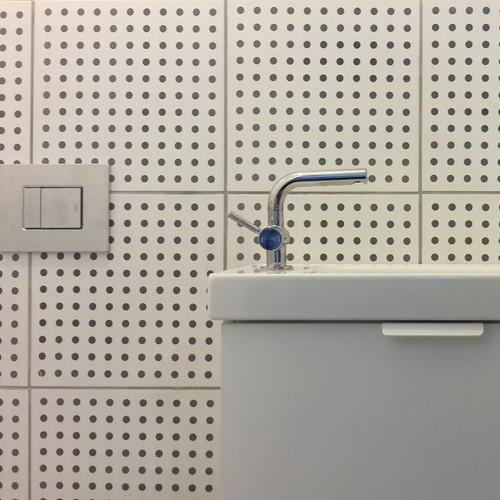 אריחים צבעוניים לחדרי שירותים