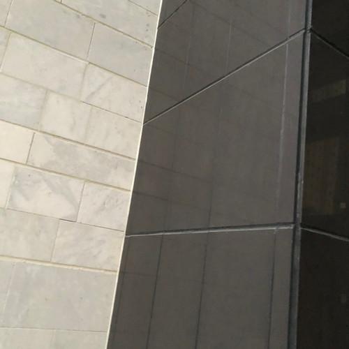 יישום חיפוי חזיתות באריחי פורצלן גדולים בהדבקה ישירה עם עיגון מכאני