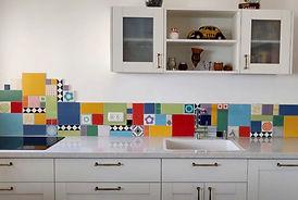 שילוב נועז של צורות וצבעים במטבח לבן בפרדס-חנה