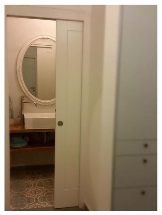 הצצה לחדר הרחצה, עם מבט על הארון במסדרון