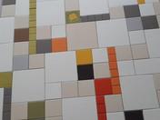 קוביות ופסים צבעוניים מאריחי קרמיקה בגדלים שונים