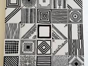 מגוון דוגמאות מודפסות בשחור על אריחים קטנים