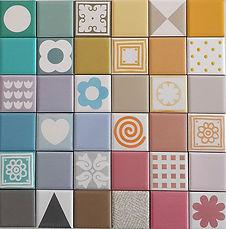 """אריחים קטנים 5/5 ס""""מ חלקים ומצוירים במגון צבעים"""