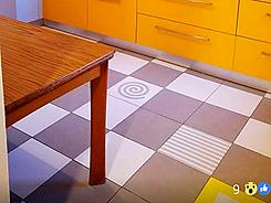 שילוב אריחים חלקים ומודפסים אנטיסליפ במטבח צהוב בבנימינה