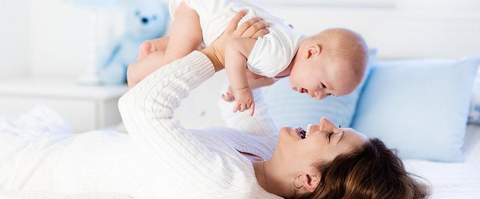 אישה ותינוק מחייכים - פרופ׳ טל בירון-שנטל - מומחית בגניקולוגיה במיילדות ובהריונות בסיכון גבוה