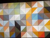 הדפסה של משולשים צבעוניים על אריחי קרמיקה