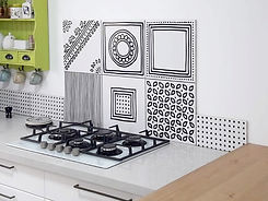 אריחים מצויירים בדוגמאות מיוחדות בשחור לבן במטבח בחריש