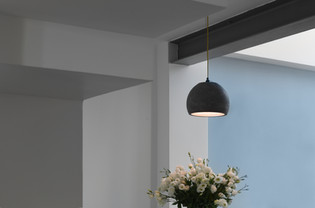 פינת האוכל - מנורת בטון מעל זר פרחים