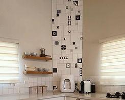 קיר אריחים בשחור לבן, עיצוב פנים - אריאלה דהרי במטבח בערוגות