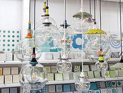 תצוגת גופי תאורה בגדלים שונים בסטודיו, כמו בועות מרחפות