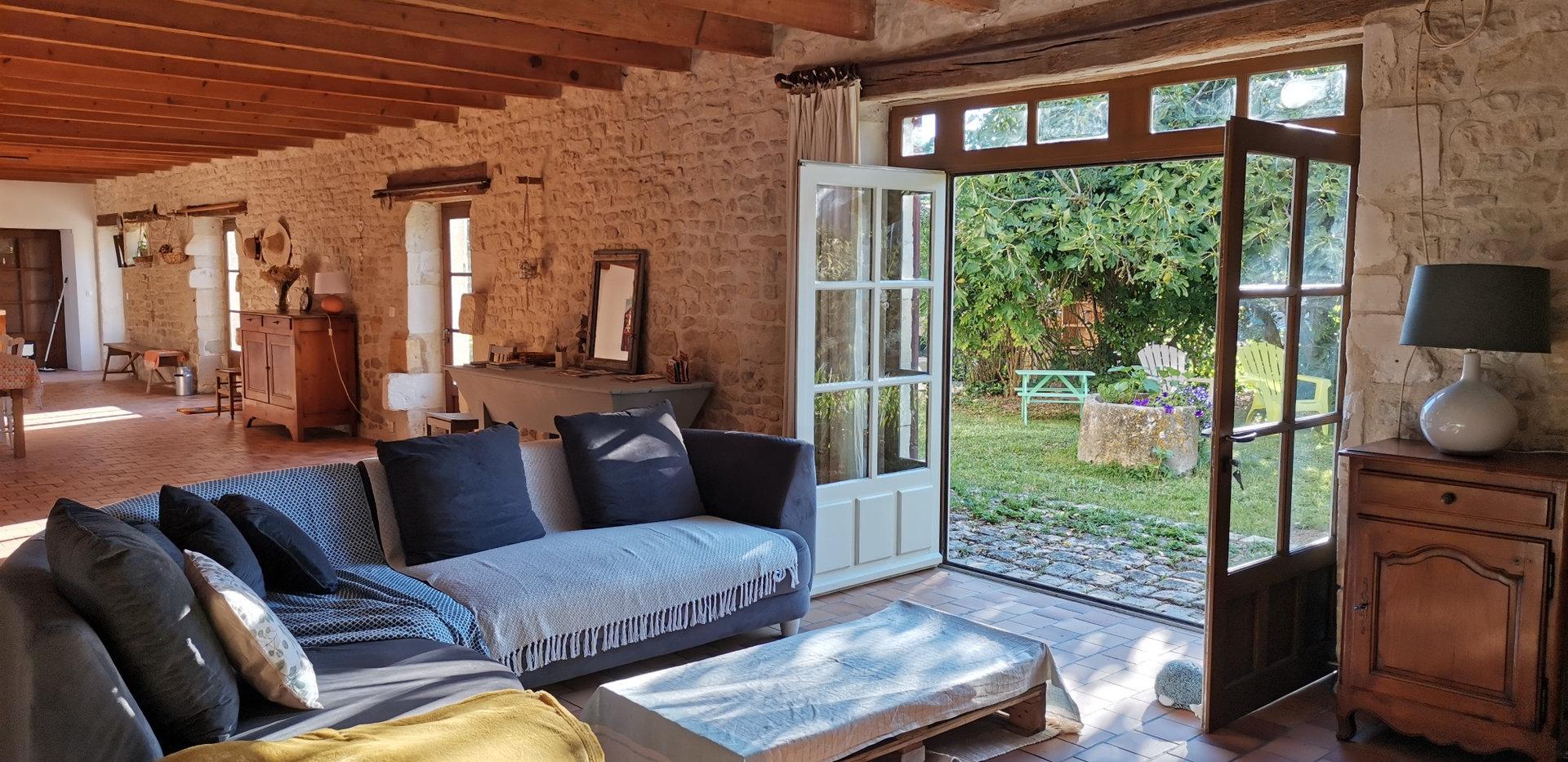gîte_saint_medard_d_aunis_salon_vue_jardin.jpg