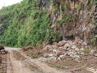 Sagnay-Tiwi road sarado sa mga vehiculo