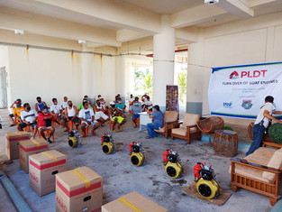 Daet fisherfolk receive boat engines from PLDT
